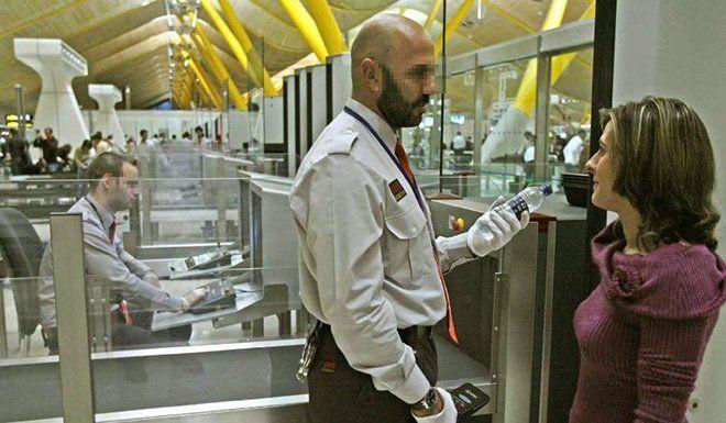 botella de agua en el control de seguridad del aeropuerto