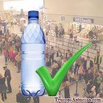 Pasar botellas de agua en el control del aeropuerto