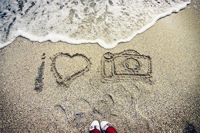 Dibujo de una cámara de fotos en la arena.