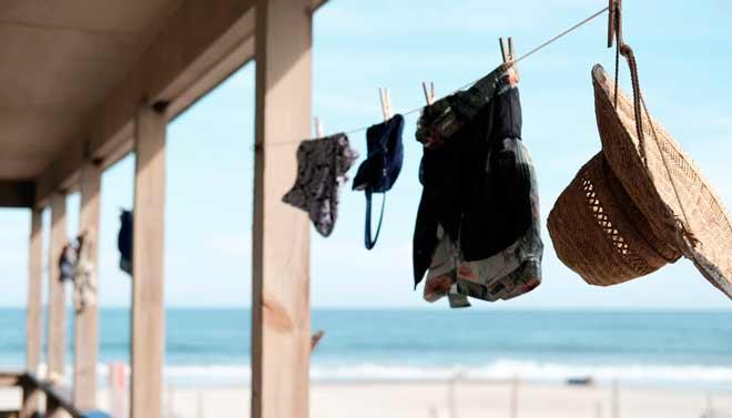 truco para ahorrar espacio en la maleta: poca ropa
