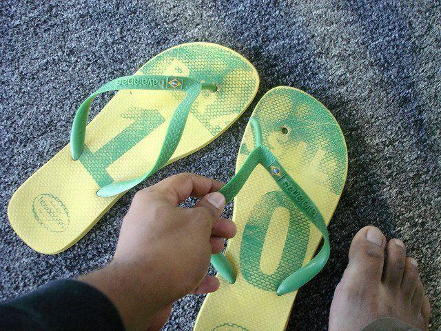 Arreglar sandalias y chanclas de dedo rotas | Trucos y Astucias