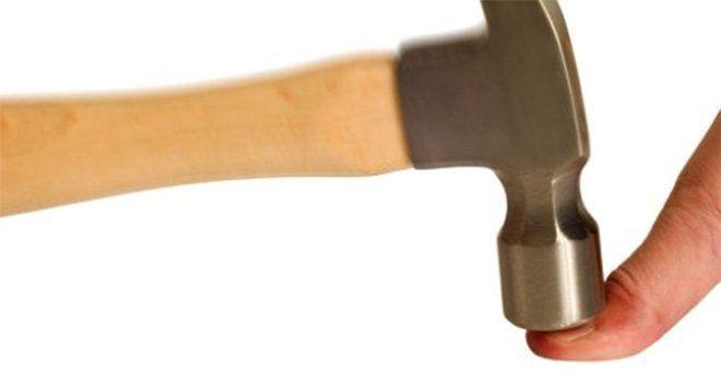 Golpear un dedo con un martillo