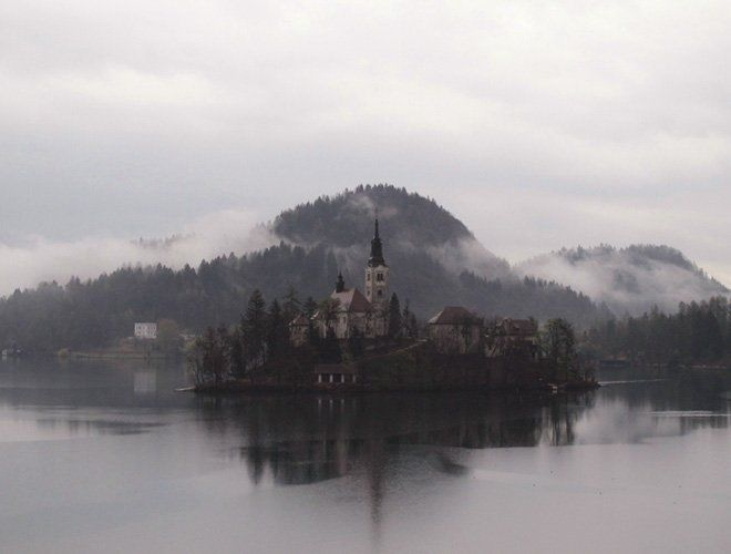 turismo en eslovenia: el lago bled un día de lluvia
