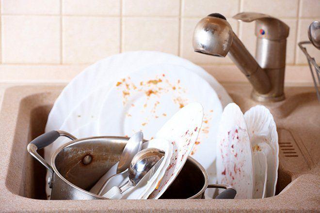 Platos sucios en el fregadero