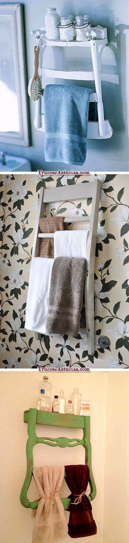 Decoración original para el baño utilizando sillas como toalleros