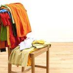 Reciclar sillas de madera: haz una silla galán para dejar ropa