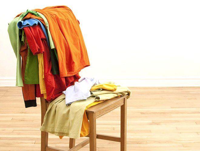 Silla llena de ropa