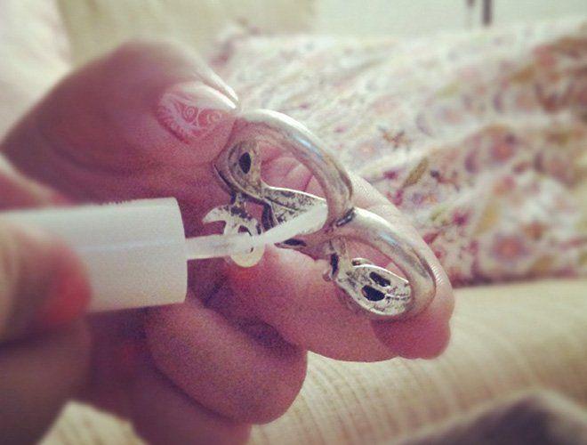 Truco para evitar que un anillo manche el dedo de verde