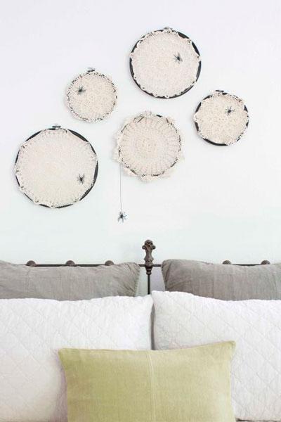 manualidad original para halloween: telas de araña hechas con ganchillo para decorar la pared