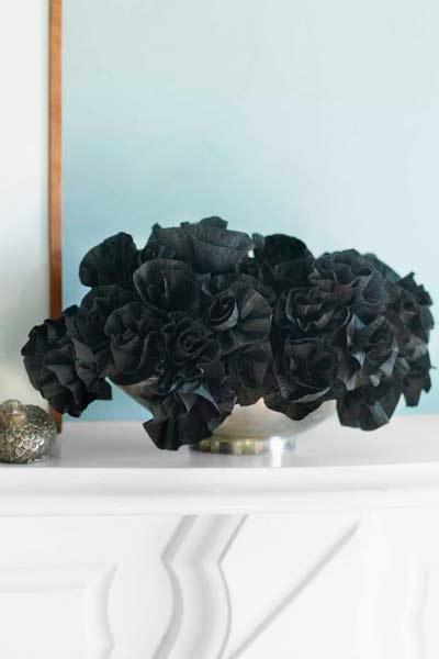 manualidad original para halloween: flores de origami de color negro para decorar