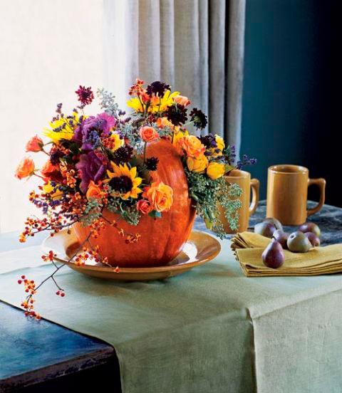 manualidad original para halloween: mesa decorada con una calabaza y flores