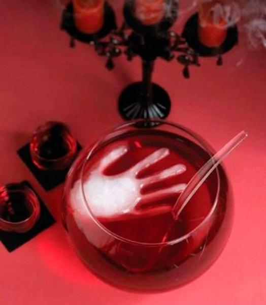 manualidad original para halloween: ponche con una huella de una mano para decorar