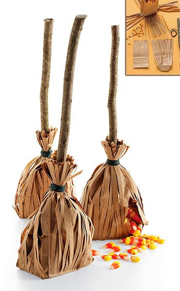 manualidad original para halloween: escoba rellena de gominolas y carmelos
