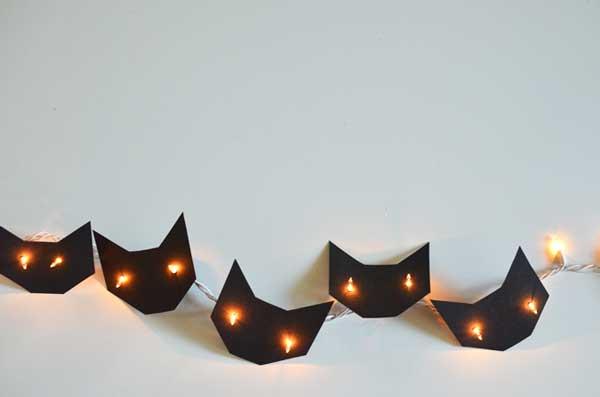 manualidad original para halloween: guirnaldas de luces de gatos de papel