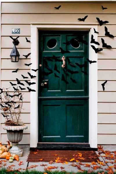 manualidad original para halloween: murcielagos de papel para la puerta de casa