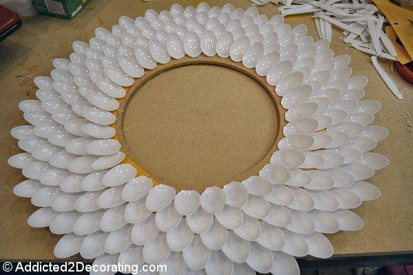 Marco casero hecho con cucharas de plástico (proceso)