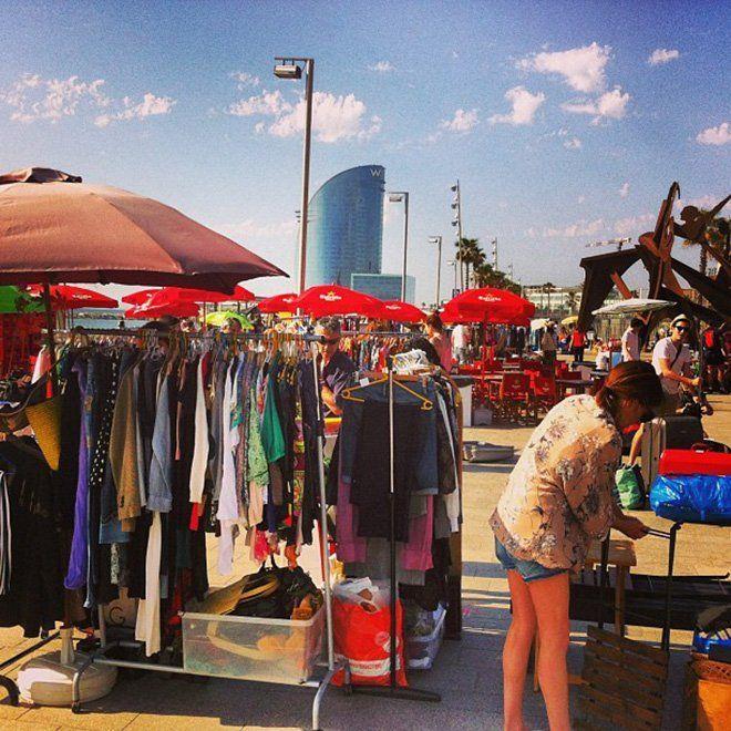 venta de ropa usada en un mercadillo de barcelona
