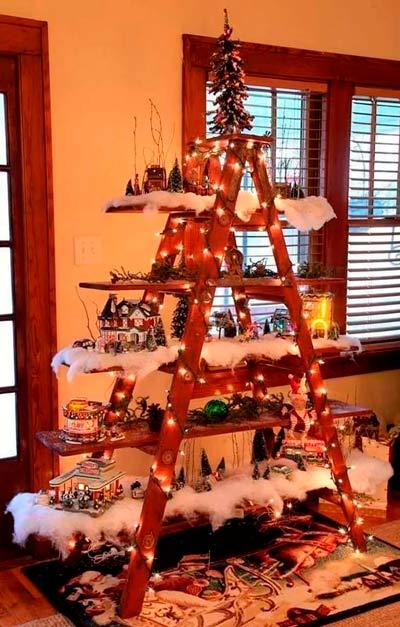 escalera de madera convertida en un arbol navideño decorado