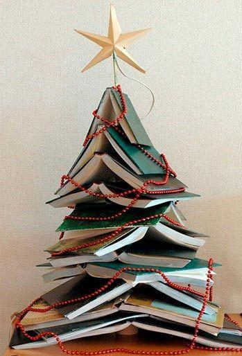 árbol de navidad alternativo con libros amontonados