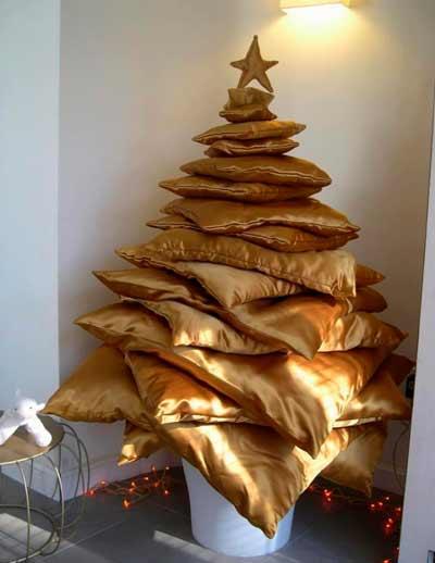 arbol de navidad alternativo con cojines amontonados