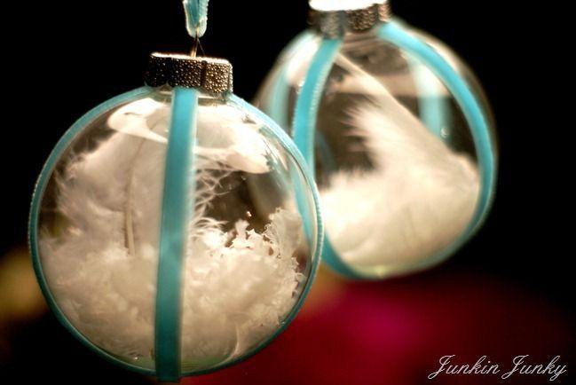 bolas de navidad transparentes con plumas