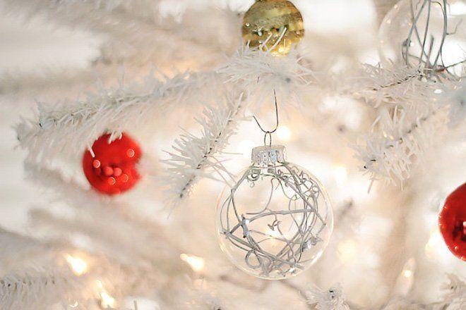 bolas de navidad transparentes con ramas dentro