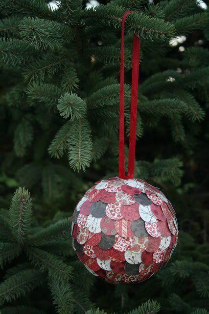Bola de Navidad con escamas de papel