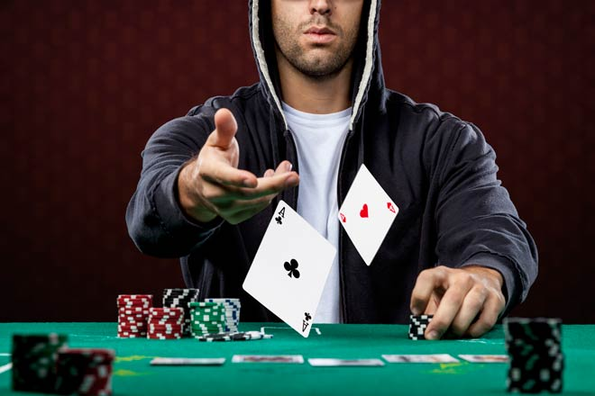 Chico jugando al poker