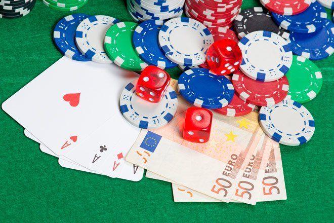 tapete de poker con fichas, cartas y billetes