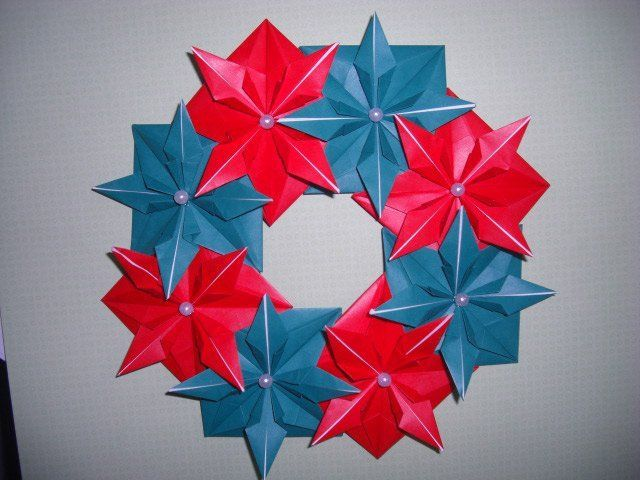 corona navideña hecha con origami