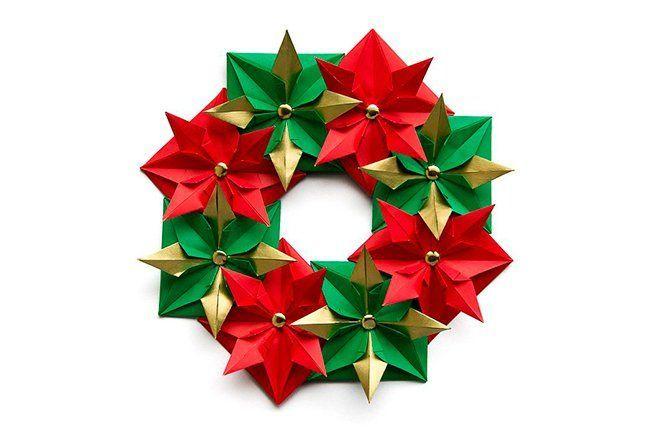 corona navideña hecha con papel y la técnica de doblado origami