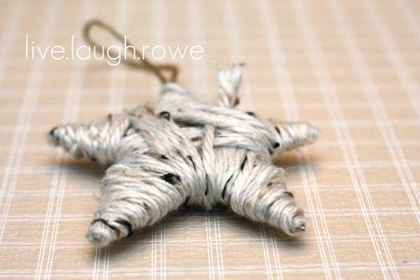 manualidad de estrella de navidad para adornar el árbol, hecha con hilo o lana