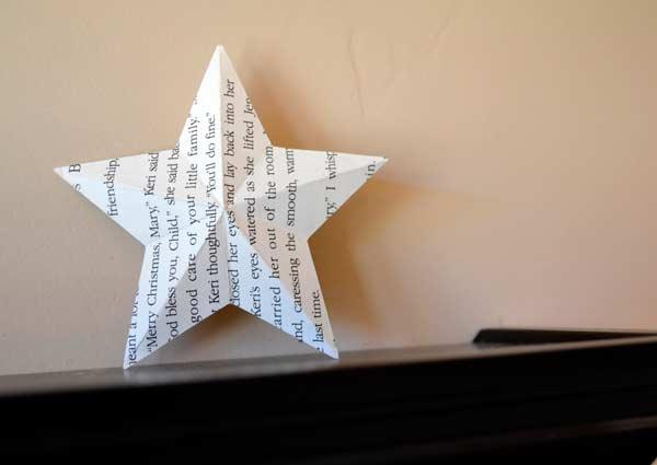 estrella de navidad hecha con la hoja de un libro