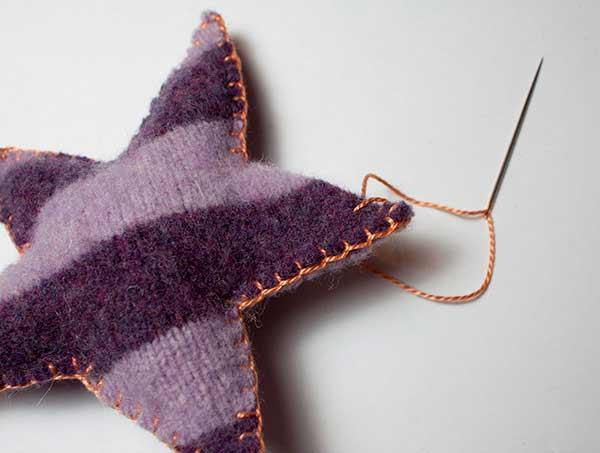 estrella de navidad para el árbol hecha con tela cosida y rellena