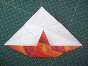instrucción 3 para hacer una corona navideña de origami