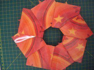 instrucción 13 para hacer una corona navideña de origami