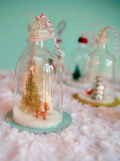manualidad para hacer bolas de nieve caseras con copas de plástico recortadas