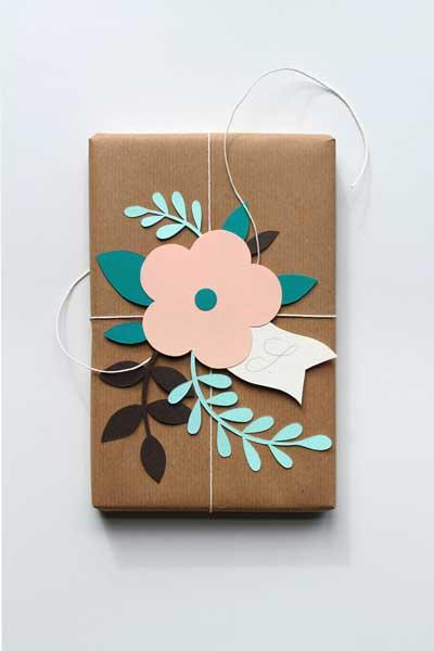 idea para envolver regalos de forma original con flores