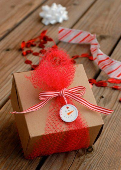 envolver regalos de navidad  con un muñeco de nieve