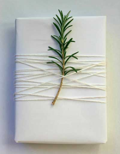 envolver regalos de navidad  con ramitas de romero