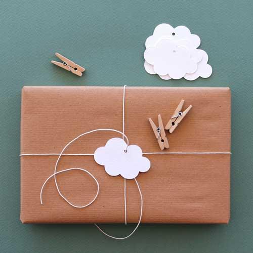 idea para envolver regalos de forma original con una nube de cartulna