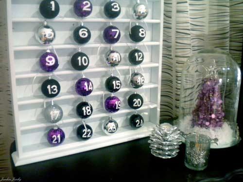 calendario de adviento hecho con bolas del árbol de navidad