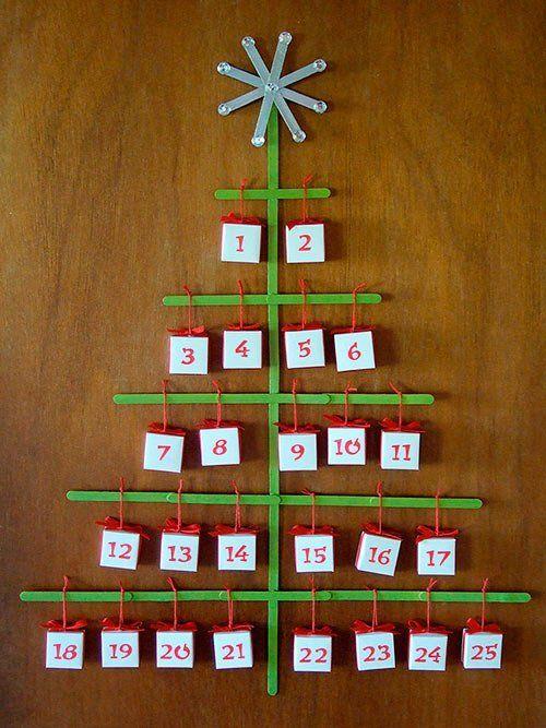 calendario de adviento hecho con maderas en forma de árbol y cajitas