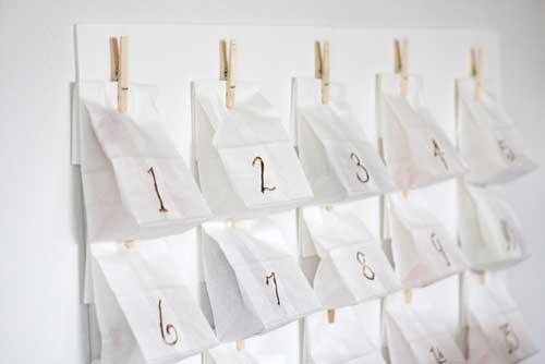 calendario de adviento hecho con bolsas de papel blancas