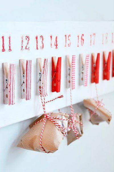 calendario de adviento hecho con paquetitos y pinzas