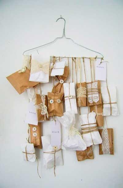 calendario de adviento hecho con una percha de colgar ropa