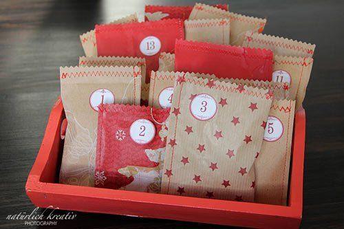 calendario de adviento hecho con sobres bonitos en una bandeja