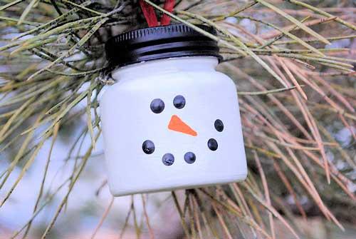adorno para el árbol de Navidad de un muñeco de nieve reciclado