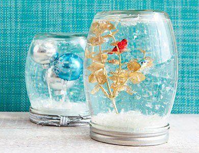 tarros convertidos en bolas de nieve de cristal con adornos