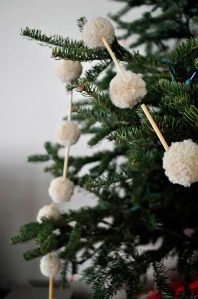 guirnalda navideña con pompones